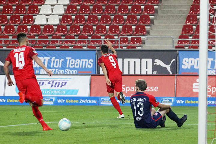 Auch das dritte Tor schoss die Nummer 9 des FSV: Marcel Bär (Mitte).