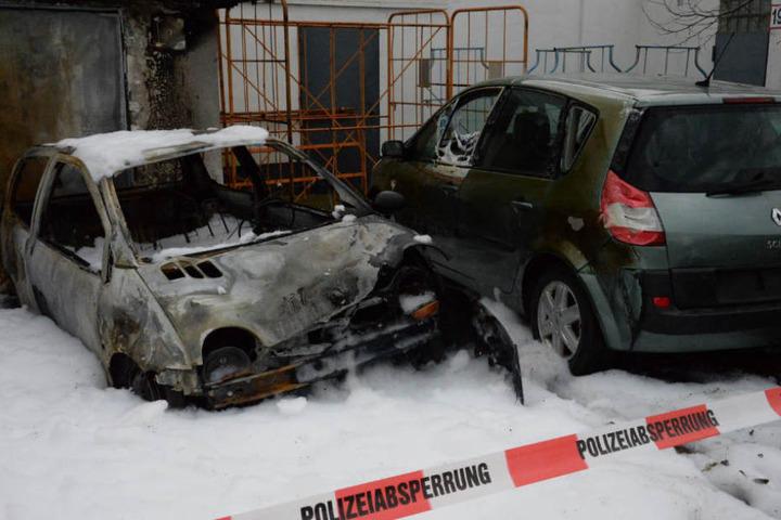 Das Feuer zerstörte die Wagen komplett.