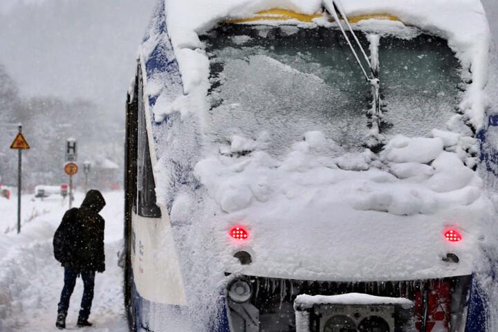 Die Deutsche Bahn reagiert auf das Wetter - und muss den Bahnverkehr teilweise einstellen. (Symbolbild)