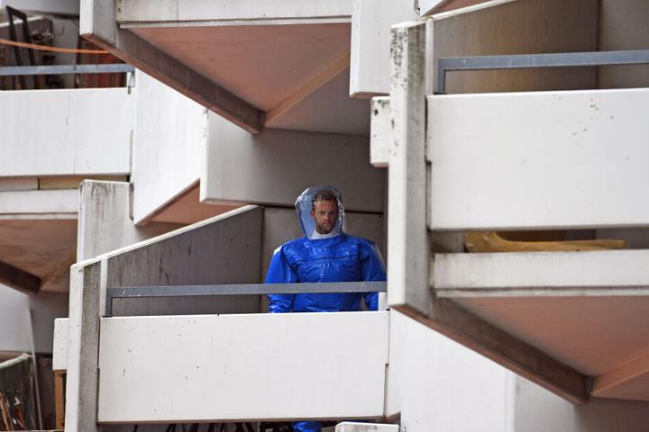 Nach dem Fund von hochgiftigem Rizin in einem Hochhaus in Köln durchsuchte die Polizei mehrere leerstehende Wohnungen in dem Gebäude (Archivbild).