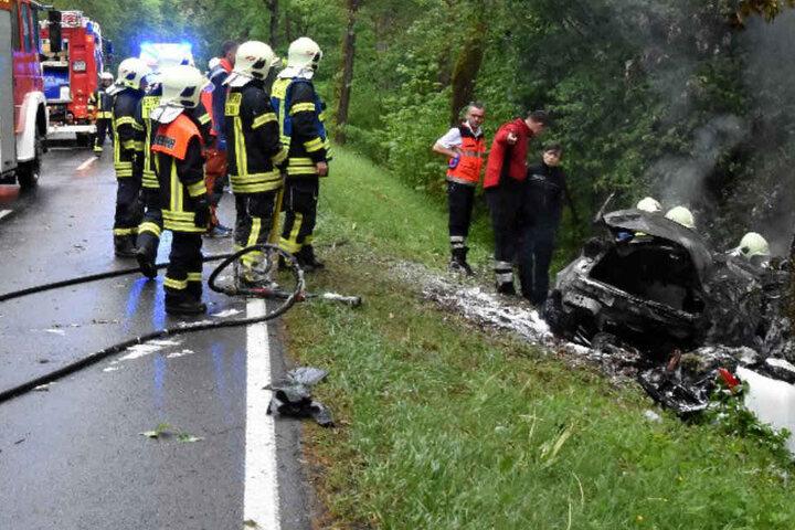 Rettungskräfte konnten die beiden Insassen nur noch tot bergen.