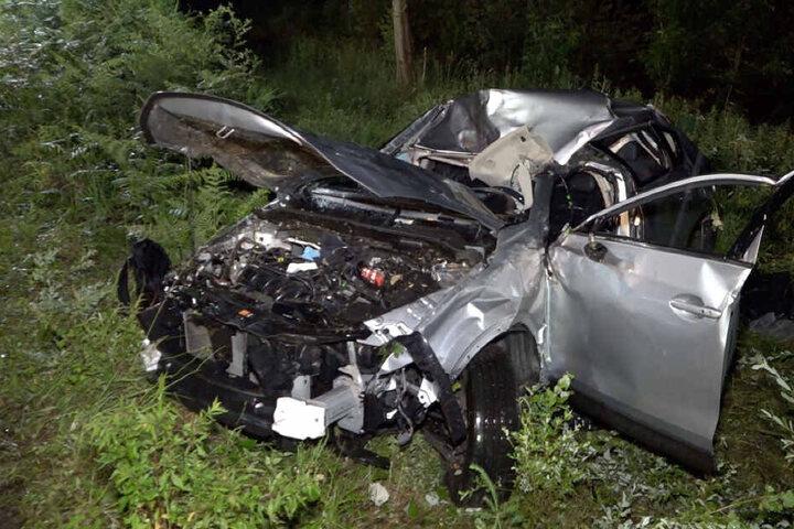 Der Wagen überschlug sich an einer Böschung und rutschte mit dem Dach über einen Baumstumpf.