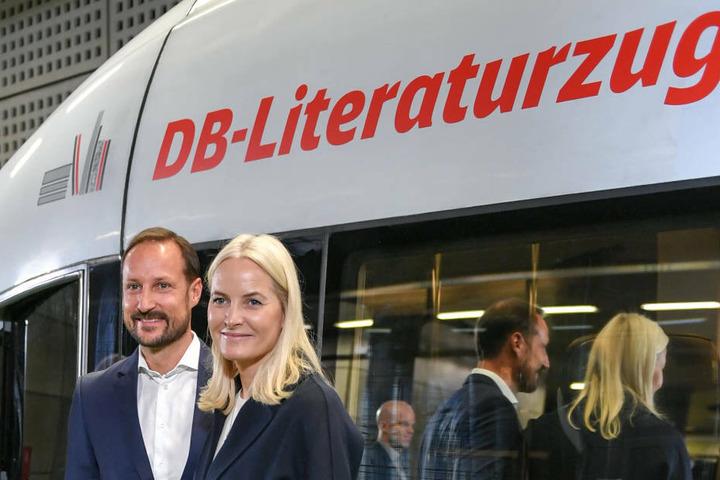 """Haakon, Kronprinz von Norwegen, und Kronprinzessin Mette-Marit stehen vor dem """"DB-Literaturzug"""" am Berliner Hauptbahnhof. Am Dienstag wird das Paar in Frankfurt eintreffen."""
