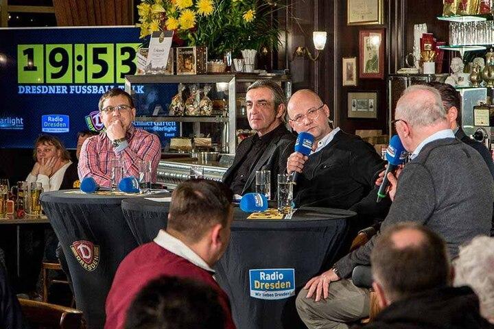 Dynamo-Sportdirektor Ralf Minge (2. v. l.) hat den Testroet-Wechsel erklärt und verteidigt.