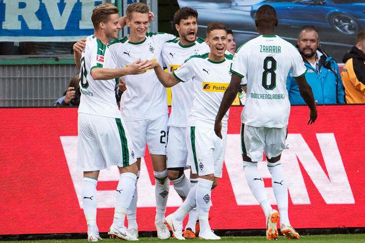 Die Gladbacher bejubeln die frühe 1:0-Führung durch Matthias Ginter (Zweiter von links).