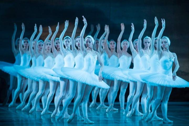 Zu der Musik von Tschaikowsky bezaubern die Balletttänzer die Zuschauer.