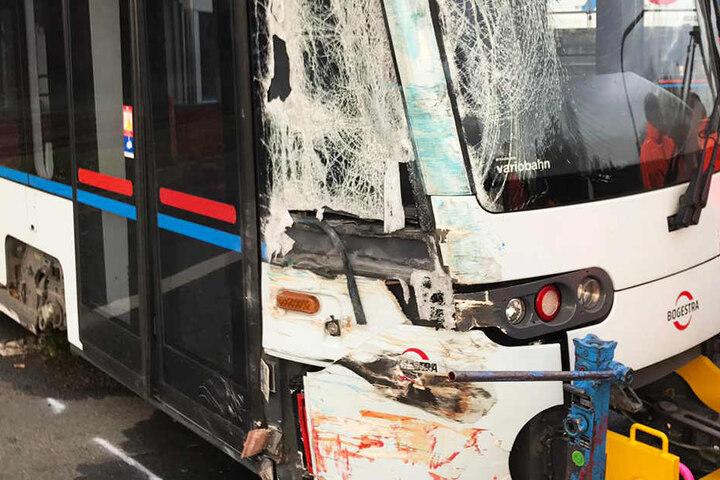 Die Tram hat schwere sichtbare Unfallspuren abbekommen.