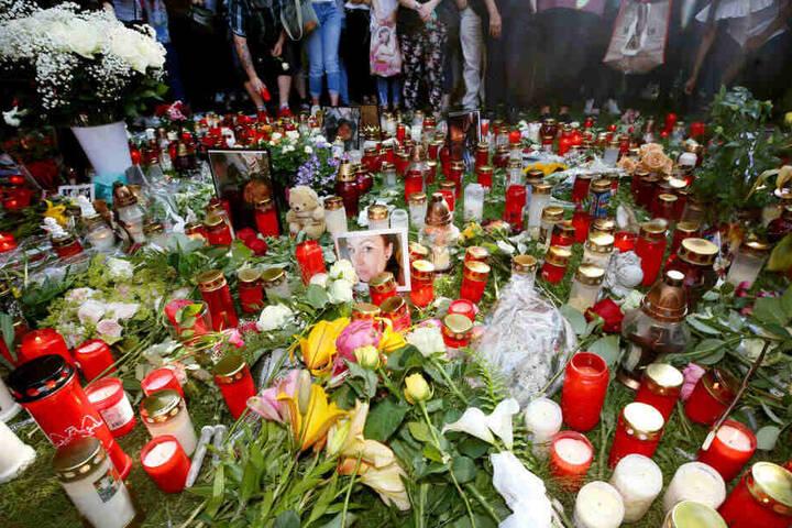 Mehrere hundert Menschen stehen nach einem Trauermarsch für das 15-jährige erstochene Viersener Mädchen zusammen und legen Blumen und Kerzen nieder.