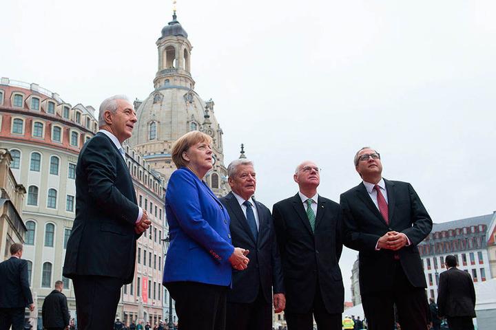 Die Feierlichkeiten mit Gästen wie Angela Merkel (63, 2.v.li.) hätten beinahe abgebrochen erden müssen.