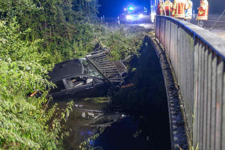 Das Auto durchbrach das Geländer und stürzte in den Bach.