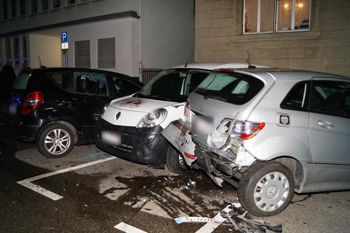 In diese geparkten Autos krachte der Benz.
