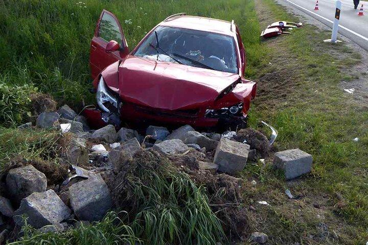 Die Feuerwehr musste den schwer verletzten Fahrer aus dem Skoda schneiden, der Beifahrer verstarb noch am Unfallort.