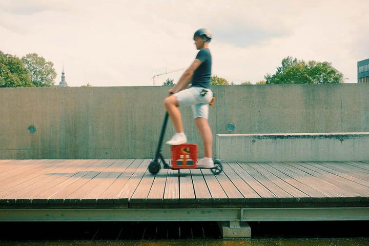 Wie praktisch: Mit einem E-Roller kann man auch einen Kasten Bier transportieren. Im öffentlichen Raum sollte man das aber lieber nicht tun wegen der Unfallgefahr.