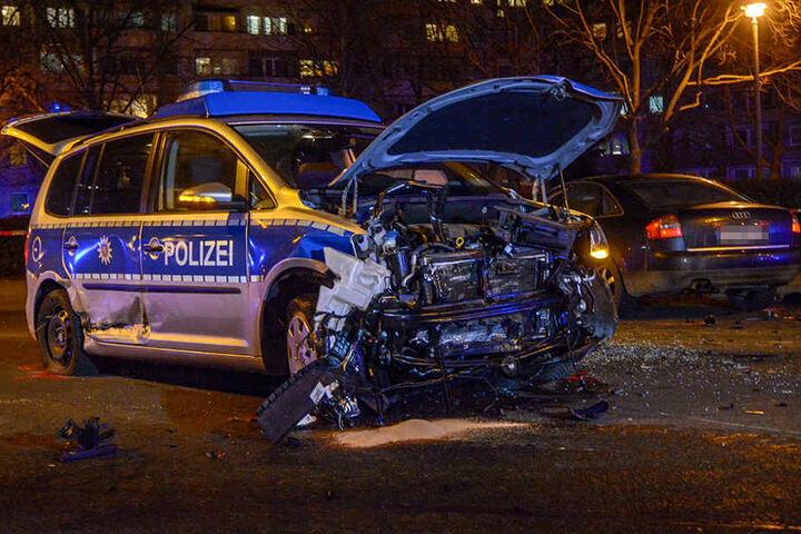 Alle Fahrzeuge wurden bei dem Unfall schwer beschädigt. Sie mussten abgeschleppt werden.