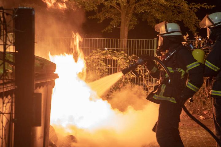 Obwohl die Müllcontainer stark brennen, bekommen die Einsatzkräfte das Feuer schnell in den Griff.