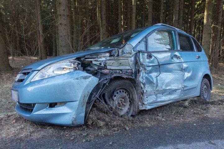 Der Honda wurde auf der Fahrerseite stark demoliert.
