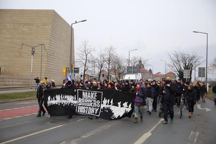 Gegendemonstranten auf dem Weg zu den jeweiligen Kundgebungen.