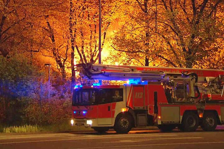 Der Himmel war durch die Flammen lichterloh erleuchtet, als die Feuerwehr anrückte.
