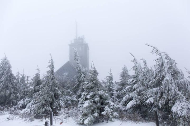 Nur auf dem Fichtelberg kann man derzeit eine weiße Winterlandschaft erleben.