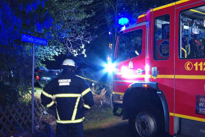 Die Feuerwehr zog den Unfallwagen aus dem Vorgarten.