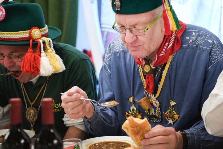 "Der Ministerpräsident Winfried Kretschmann isst ""Froschkutteln"" im letzten Jahr."