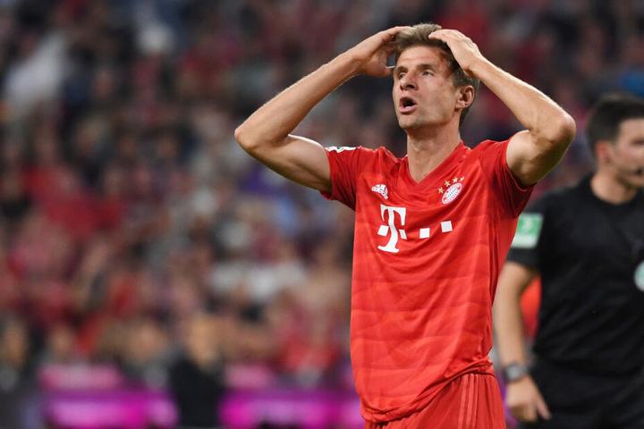 Thomas Müller fasst sich nach einer verpassten Torchance an den Kopf.