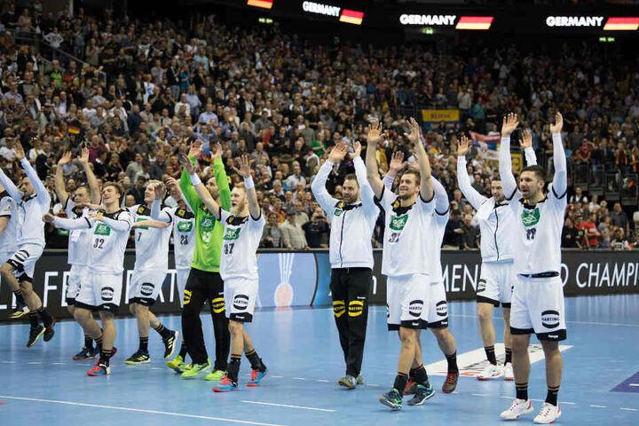 Die deutschen Spieler verabschieden sich nach Spielende vom Berliner Publikum in der Mercedes Benz-Arena.