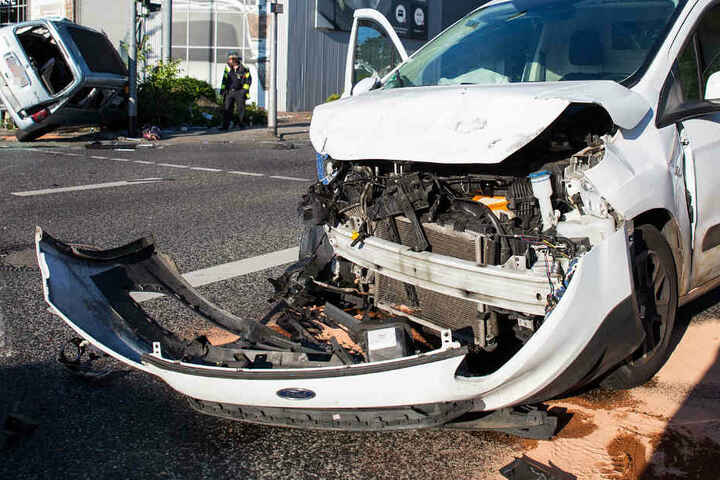 Auch das zweite an dem Unfall beteiligte Auto wurde schwer beschädigt.