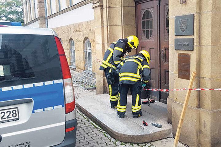 Unter Atemschutz untersuchte die Feuerwehr Glaubitz die Scherbe auf  gefährliche Stoffe.