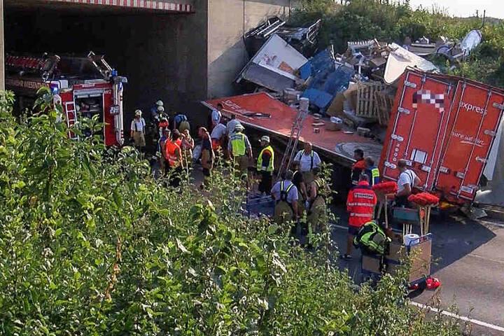 Der Lastwagen-Fahrer überlebte den Unfall schwer verletzt.