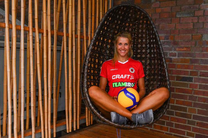 """Mareen von Römer zeigt das neue Trikot von """"CRAFT"""". Jede DSC-Volleyballerin erhält vom neuen Ausrüster zwei Sporttaschen mit mehr als 20 verschiedenen Utensilien."""