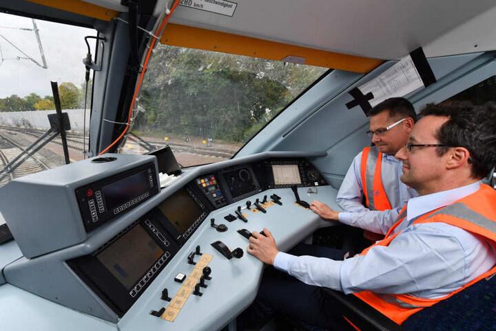 Versuchslokführer Stefan Sroka (r) und Karsten Specht (l) testen die neue Strecke.