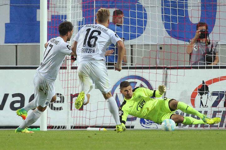 Zwickaus Torhüter Johannes Brinkies hält den Elfmeter gegen Magdeburgs Marius Sowislo (links).