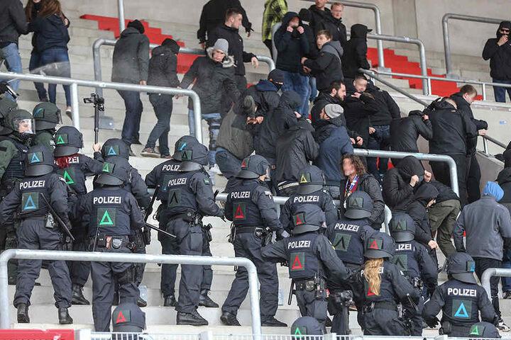 Zwei Polizisten wurden bei dem Einsatz im Stadion verletzt.