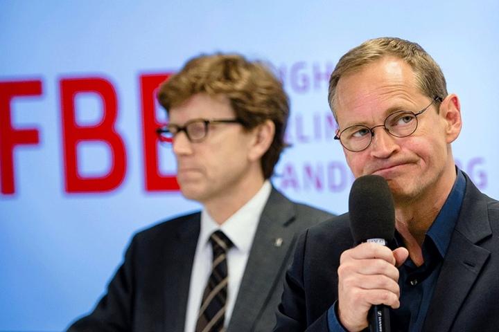 Der Staatssekretär für Flughafenkoordination, Engelbert Lütke Daldrup (l) hatte die Anzeige ins Rollen gebracht. Hier sitzt er auf einer Pressekonferenz neben dem Regierenden Bürgermeister, Michael Müller (SPD).