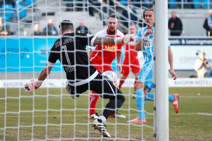 SSV-Torhüter Pentke sichert den Ball gegen Tim Danneberg.