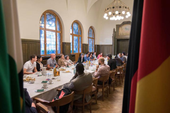 Zur Einbürgerungsfeier begrüßte Oberbürgermeisterin Barbara Ludwig (56, SPD) rund 20 Neuchemnitzer mit einem Kaffeetrinken im Grünen Salon und anschließender Führung durchs Rathaus.
