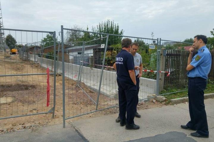Thomas Geithner (rechts) von der Polizei Dresden beobachtet kritisch die Situation.