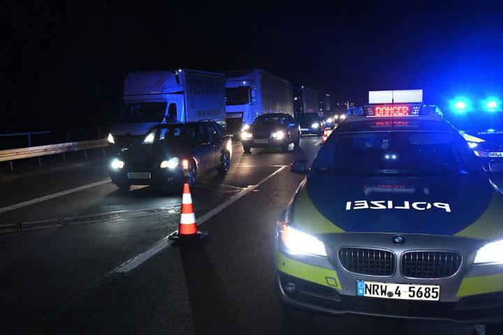 Die Polizei sperrte die mittlere und linke Fahrspur und leitete den Verkehr über den rechten Fahrstreifen an dem Unfall vorbei.