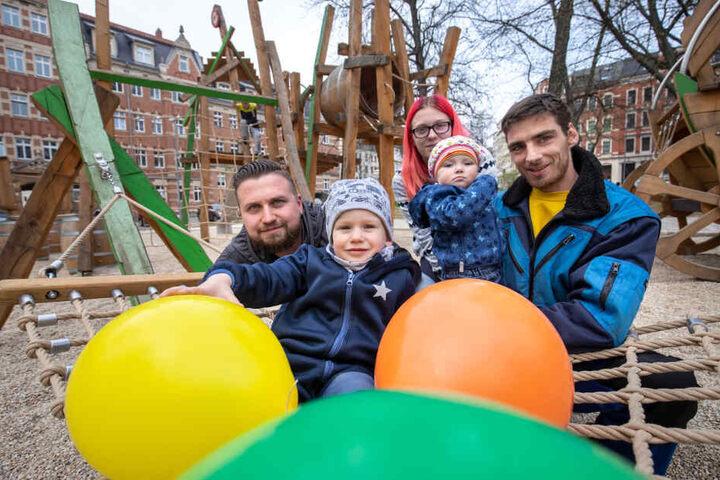 Kent Horn (34) mit Sohn Milan (3) sowie Bianca Martin (20) und Pierre Drescher (30) mit Tochter Melina (1) freuen sich über den neuen Spielplatz am Scharnhorstplatz.