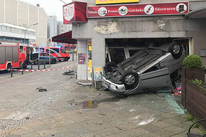 Das angrenzende italienische Restaurant traf das Auto glücklicherweise nicht. Passanten wurden nicht verletzt.
