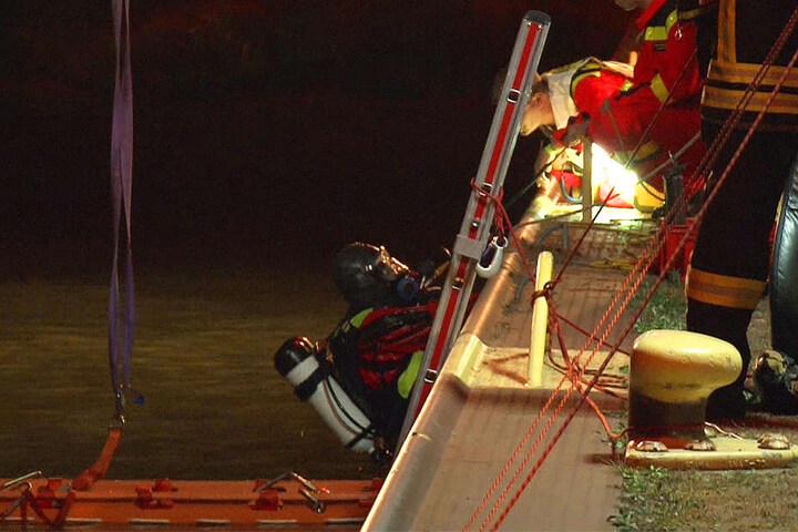 Einsatzkräfte konnten nur noch zwei Tote bergen. Der 17-jährige Fahrer konnte sich selbst retten.