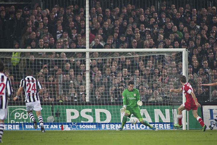 Am 17. Oktober 2011 siegte Andreas Lambertz mit Düsseldorf 3:1 in Hamburg. In dieser Szene erzielte er eines seiner beiden Tore.