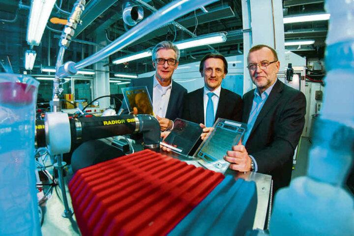 Bereit für die Brennstoffzelle: (v.l.) Achim Loecher, Thomas von Unwerth und Thomas Melczer von der Firma FCP im Labor.