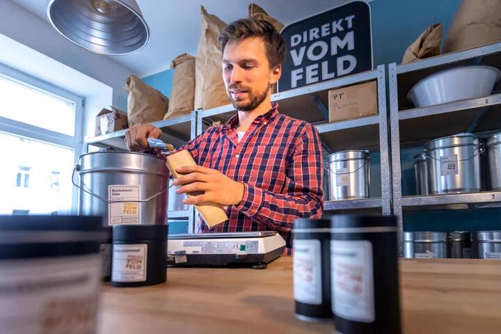 """Richard Friedrich (29) verkauft in seinem Geschäft """"Direkt vom Feld"""" (Hermannstraße 3) mehr als 30 verschiedene Gewürze aus acht Ländern."""