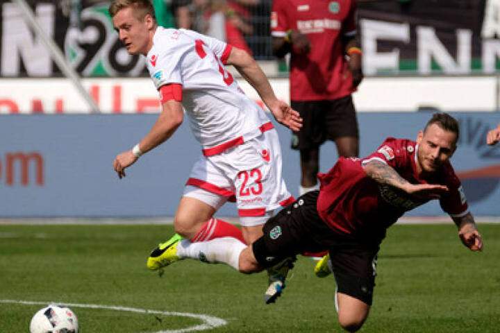 Felix Kroos (li.) gerät gegen Marvin Bakalorz ins Straucheln.
