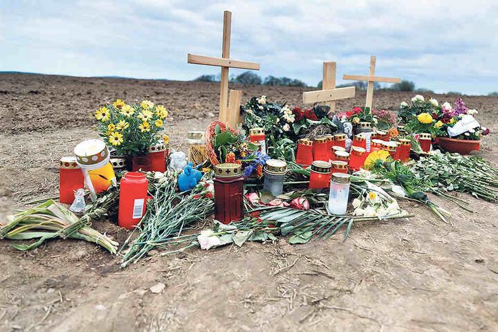 Hier geschah der eiskalte Mord, Freunde des Opfers haben Blumen  niedergelegt.