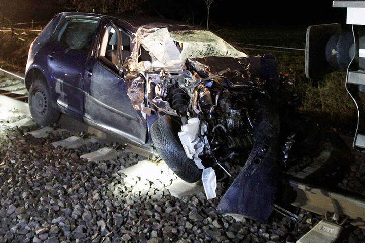 Der Notarzt hat nur noch den Tod des 29-jährigen Fahrers feststellen können.