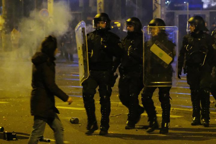 Bei den Ausschreitungen wurden mehrere Personen verletzt, darunter vier Polizisten.