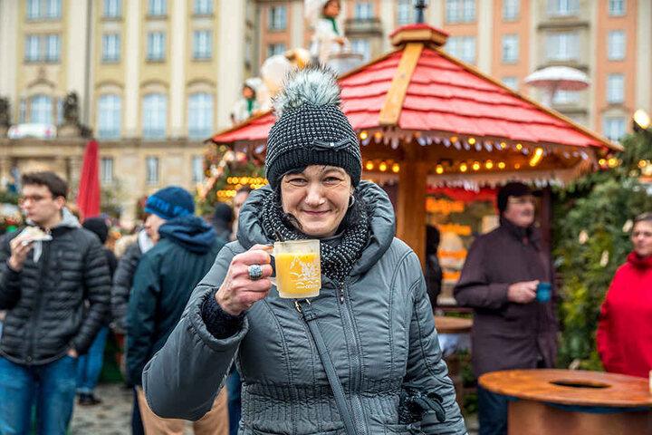 """Mandy Gehre (39) aus Berlin kommt jedes Jahr zum Striezelmarkt: """"Die Stimmung ist toll hier, die Dresdner mag ich und die Deko ist sehr schön. Nicht zu vergessen ist der weiße Glühwein von Hoflößnitz - einfach super. Der Striezelmarkt bekommt von mir fünf"""